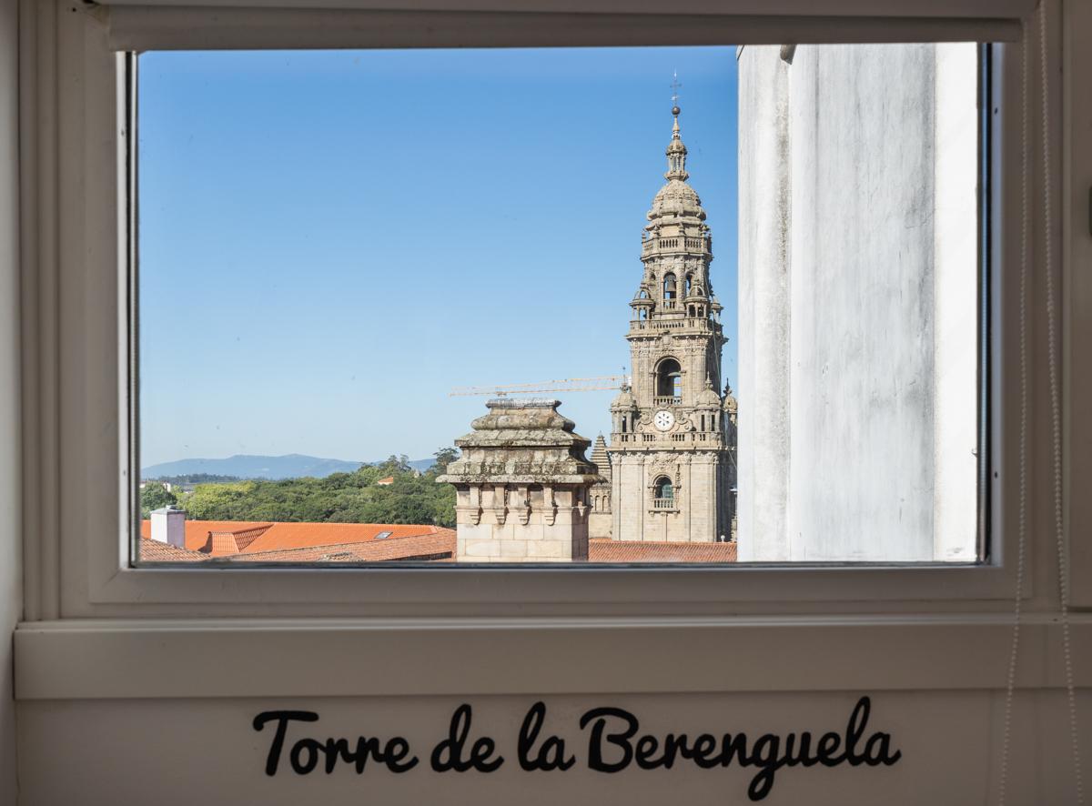 Fotografía de ventana con vistas a la Catedral de Santiago, y debajo del marco se lee escrito en la pared Torre de la Berenguela.