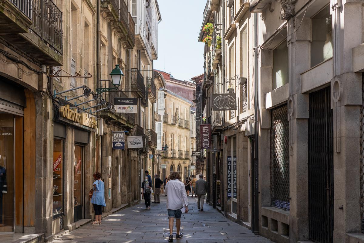 Fotografía de la calle Rua do Preguntoire donde se ve la señalética de fachada del albergue The Last Stamp.