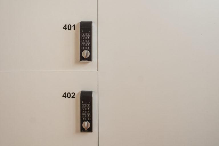 Fotografía detalles de las taquillas con seguro numérico.